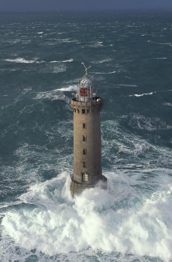 Par ce temps là, les chaloupes du Tijuca n'auraient pas pu aborder le phare de Kéréon (photo Yannick le Gall