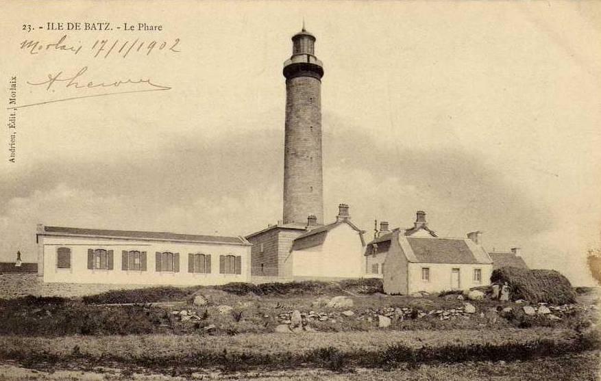 Le phare vers 1900 vu de l'est, à son pied le bâtiment des machines et les deux maisons des gardiens.