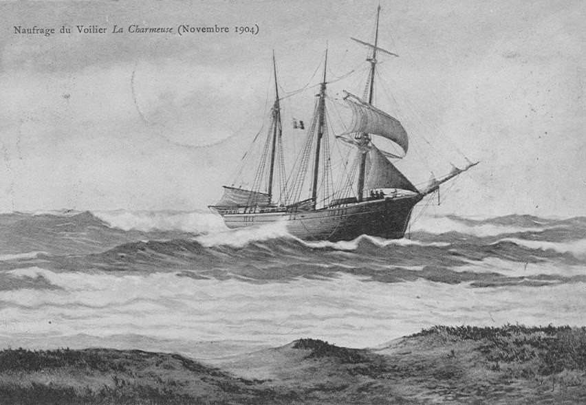 La Charmeuse de Saint-Malo échouée à la côte aux Pierres-Noires à quelques kilomètre dans le nord des Sables d'Olonne, le pavillon à mi drisse est en berne, signal de détresse