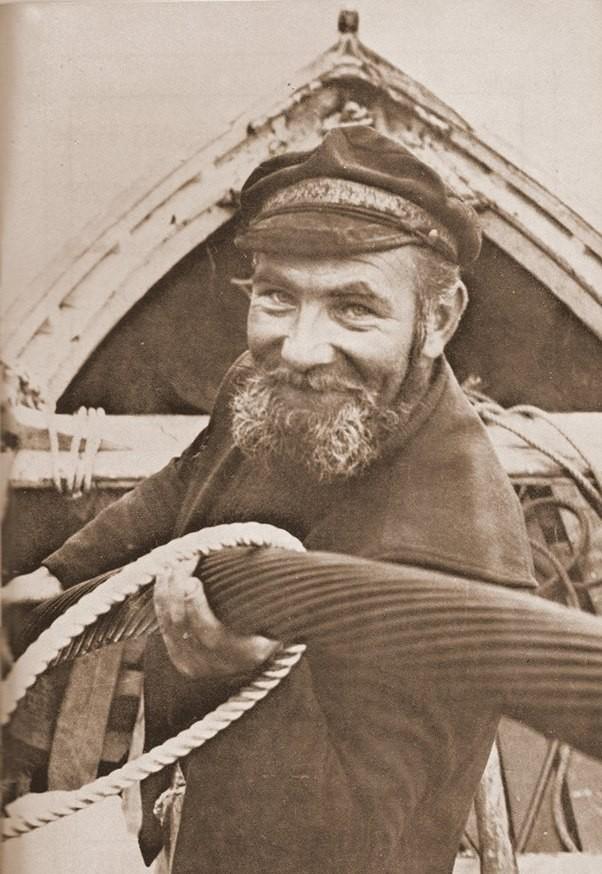 Par la suite des iliens furent impliqués dans la pose de nouveaux câbles  sous-marin , comme ici Jean Glidic à bord d'un canot dans les années 60 ou 70