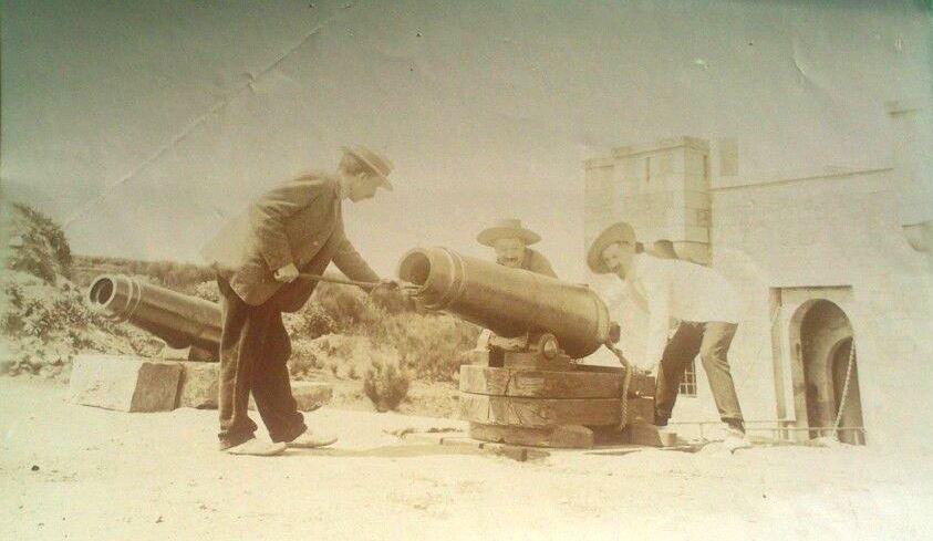 Photo exceptionnelle du fort vers 1895, M. Delaselle et M. Masson et une troisième personne  simulent l'utilisation des anciennes caronades (Coll part)