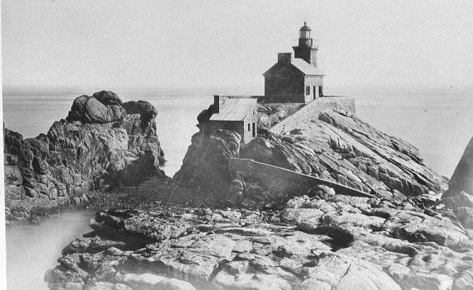 Le phare du Paon sur son rocher est relié à l'île par un petit chemin à travers les rochers (Photo AD22)