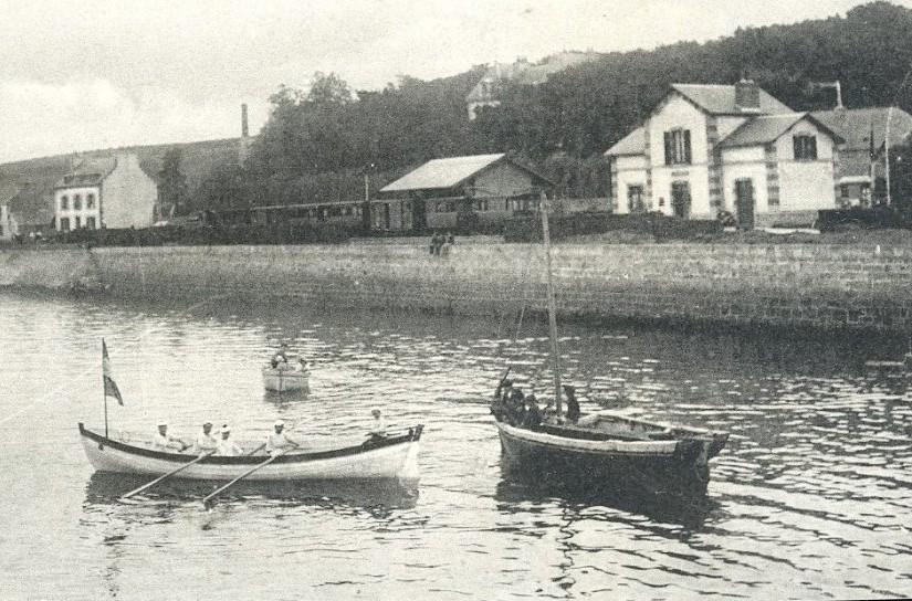 Le sloup de droite est peut être un pilote de l'Aberwrach, le joli canot d'aviron est une yole de la station de défense mobile de Marine  Nationale