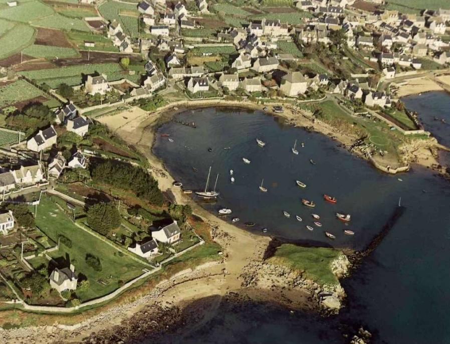 Dans le port de l'île de Batz, l'anse de Pors an Eoc, vers 1975.
