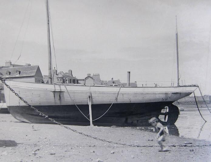 Le Plutéus désarmé en 1953 sur la grève à proximité du chantier, on peut apprécié ses formes de voilier ainsi que son énorme hélice propulsé par le Bolinder mono cylindre   (Coll Guyader mis en ligne par Pierre Cuzon)