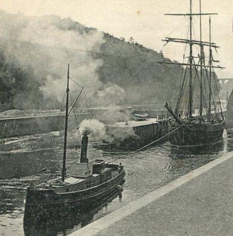 Ce petit remorqueur à vapeur  déhalant, en sortant de l'écluse du bassin de Morlaix, un trois-mâts goélette à hunier de cabotage est certainement le Paul Boyton (Coll. perso.)