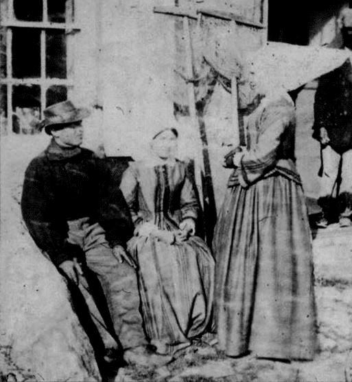 Marin de la douane de Roscoff discutant avec des femmes avec leur grande coiffe de jours de fête (photo de Furne et Tournier de 1857 coll musée départemental Breton)
