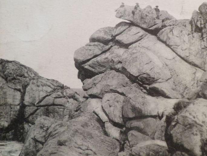 Du haut du Rocher de la chaise de Saint-Michel à Plouguerneau, des enfants guettent-ils l'arrivée des épaves à la côte ?