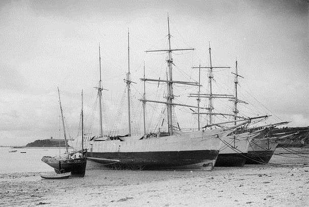 Cancale le port de la Houle dans les années 30, il reste encore trois navires terre-neuviers désarmés pendant l'hiver