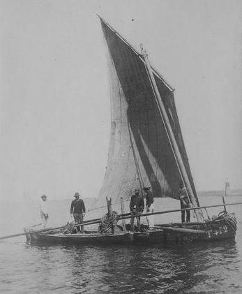 Bateau à sable de Tréguier faisant route, remarquer le faible franc bord pour un bateau creux  (photo de Faudacq archives départementales 22)