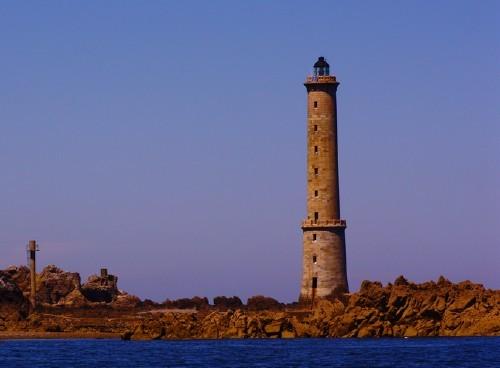 Le phare des Heaux  n'a plus de gardiens depuis 1982 il est actuellement alimenté par une éolienne