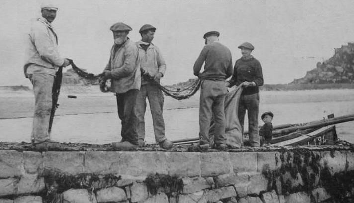 Pêcheurs de Trébeurden embarquant leurs filets à sardine vers 1910, ils se souvenaient certainement de la tentative de colonie maritime en Tunisie