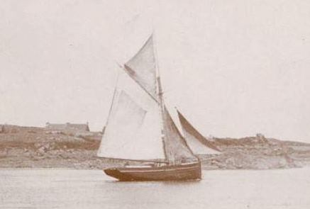 Le sloup Corrèze était certainement proche de celui-ci naviguant tranquillement dans le chenal du Kerpont à Bréhat (Coll personnelle)