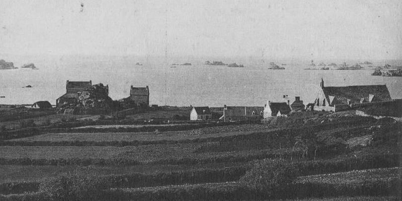 Vue de Port Blanc vers 1900, avec la chapelle à droite et l'école à gauche