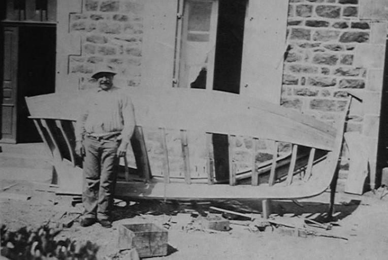 Adrien Briand (1878 1945) construit un joli canot devant chez lui à Ploumanac'h
