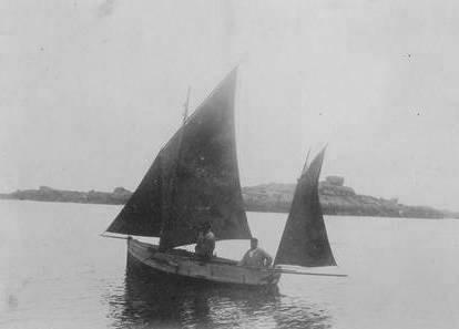 Canot à misaine et tapecul  non identifié, d'après l'auteur de cette photo le patron se prénommait Henry et son matelot Pierre, la béquille est remontée le long de la coque