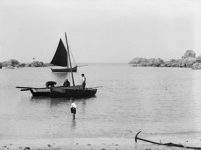 La grève de Pontusval dans les années 30 par beau temps  le sloop noir ressemble peut être à la Marie