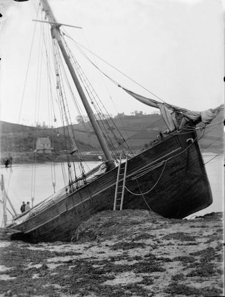 Cotre à tapecul de cabotage échoué en rivière de Tréguier, photographie du peintre et douanier Faudacq vers 1890 (Coll particulière)