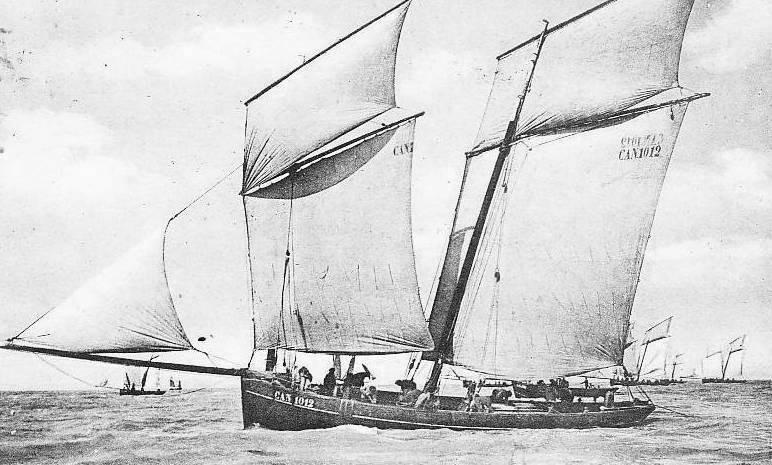 La mouette blanche, bisquine de François Lehoerff construite en 1902, jauge brute 19,37tx, le elle est déjà bien chargée, pont n'est pas loin de l'eau