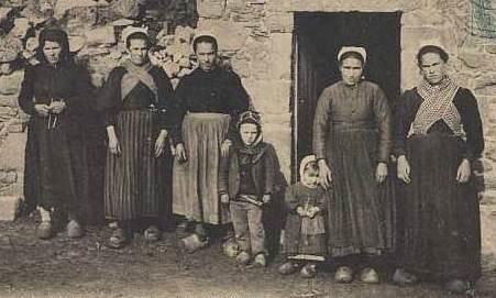 Famille de l'île de Batz, cette photo illustre bien la situation des femmes de l'île au XIXème siècle, la veuve sur la gauche ne semble pas plus âgée que les autres femmes