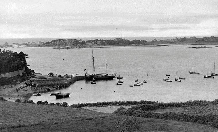 Le port de Port-Blanc avec un dundée de cabotage le long de la cale , les canots et les sloups au mouillage, l'île Saint Gildas au second plan n'est vraiment pas loin