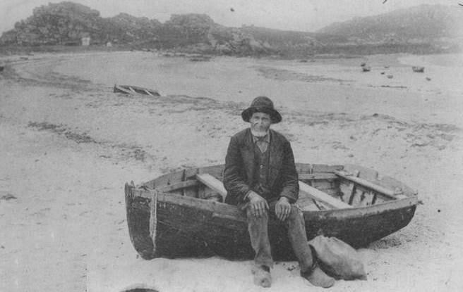 Vers 1900, un ancien pêcheur assit dans son canot à Trozoul , emplacement du port actuel de plaisance de Trébeurden