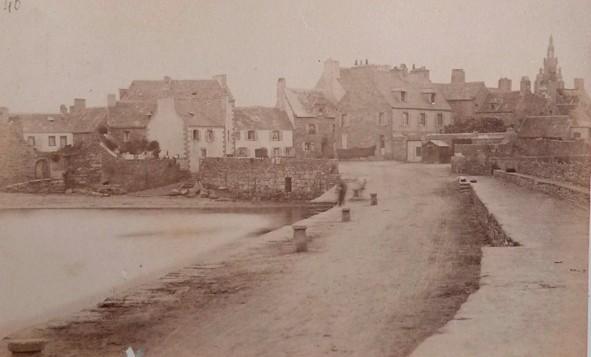 Le vieux quai vers 1900, le long des maisons une cale en pente descend vers la grève