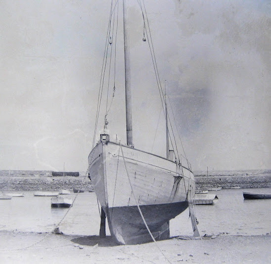 De belles formes de voilier, je n'ai pas trouvé de photo du Plutéus sous voiles sa voilure se compose d'une trinquette modeste, le mât est sur l'avant, d'une grand-voile à corne et d'un tapecul pointu