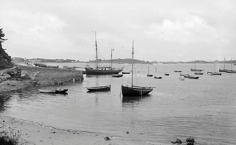Le port aux bateaux, vers 1920, au second plan l'île Saint-Gildas  (Collection Lacombe AD22)