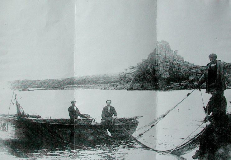 bateau de Plouguerneau en situation de pêche à l'attrappe sous le Squewel vers 1908-1910, équipage : la famille Manac'h et Nikol (collection particulière)