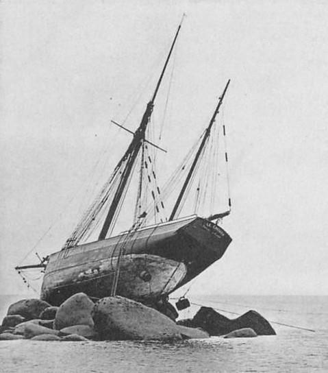 Le chouan échoué, sur me rocher Menaned, ce cliché d'une carte postale ancienne a certainement été pris le matin du 31 juillet 1905, des tonneaux sont amarrés pour favoriser sa flottaison à pleine mer