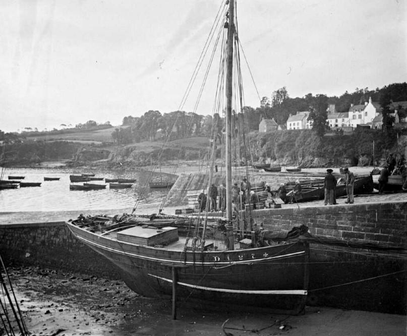 Au fond du port du Rosmeur à Douarnenez, échoué le long de la cale le petit langoustier   « Fleur des Antilles »
