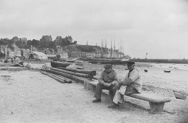 Les marins de Cancale, rescapés du naufrage de retour au pays, pourront raconter leur mésaventure à bord des « Deux Frères »  assis sur un banc du port de la Houle