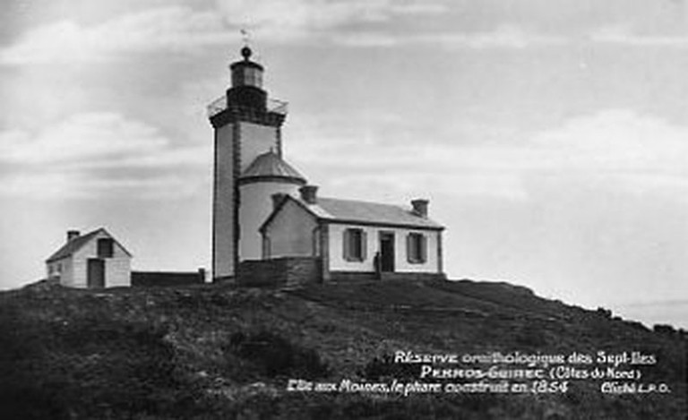 Le phare de l'ile aux Moines, avec sa petite maison pour les gardiens  photographié  vers 1920 avant sa destruction en 1944