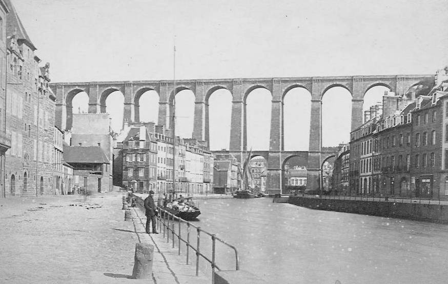 Quai de Léon,, en 1891 le bassin se poursuit jusqu'au pied du viaduc, un cotre de cabotage et un lougre sont amarré, des garde-corps en fonte protège des chutes dans le bassin