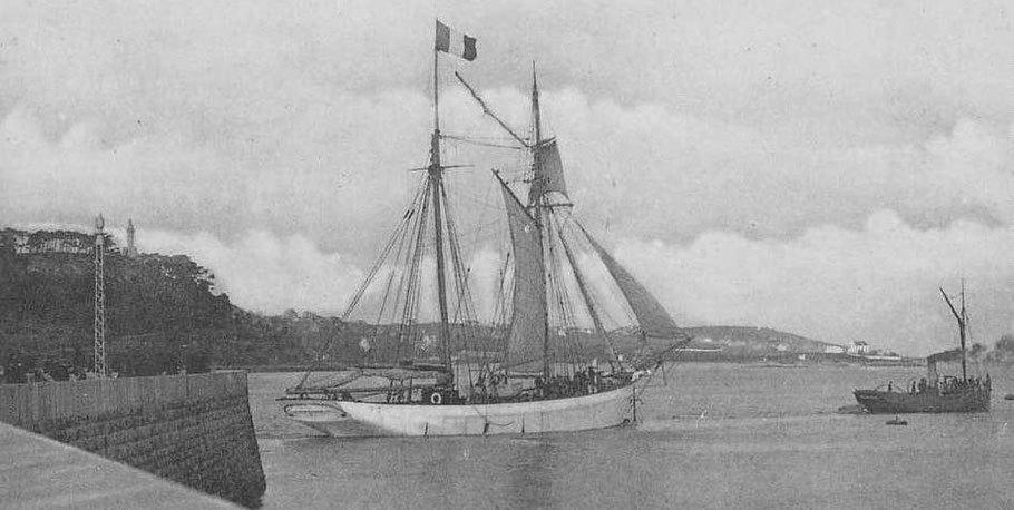 Le vapeur Edouard Ernest est le remorqueur du port de Paimpol, il fait occasionnellement  des transports de passagers et de marchandises vers Jersey et même des excursions en mer