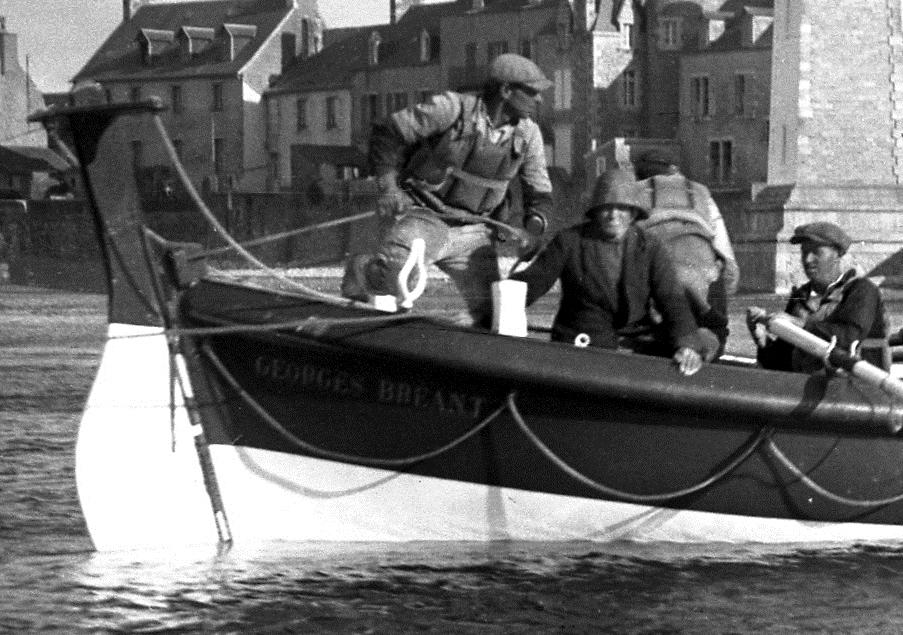 Le patron du canot Jean-Marie Favé relève le gouvernail avec un bout pour préparer l'échouage à ces cotés le suroit sur la tête François Page patron du canot Renard