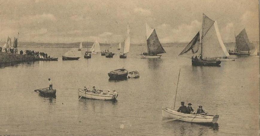 Un jour de régate à l'Aberwrac'h, vers 1910 à droite un sloup pilote avec sa préceinte peinte en blanc et son ancre peinte sur la grand voile