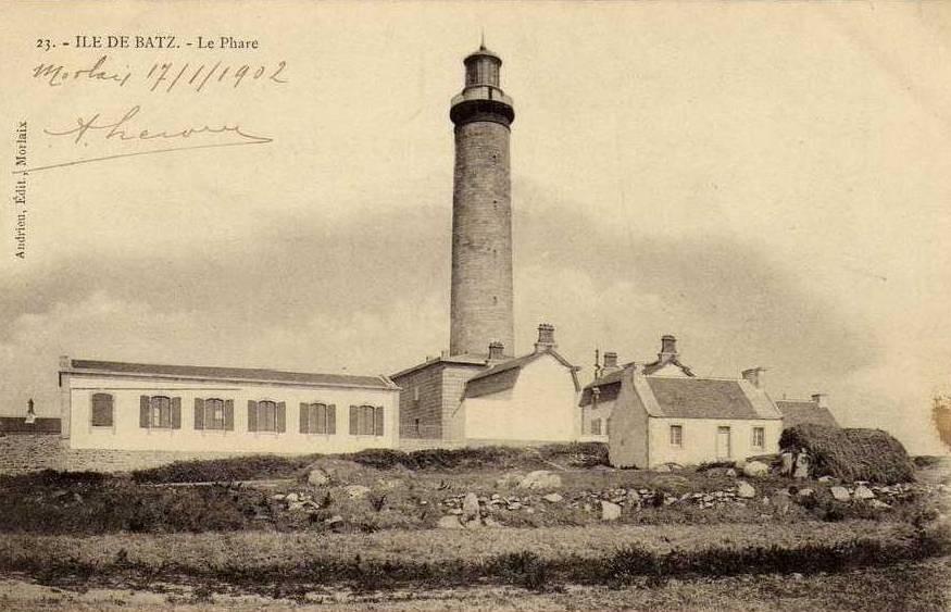 Le phare de l'île de Batz, le grand bâtiment à son pied est la salle de machine prévue pour l'électrification  les deux maisons symétriques avec des toits à deux pentes sont les maisons du gardien chef et du gardien
