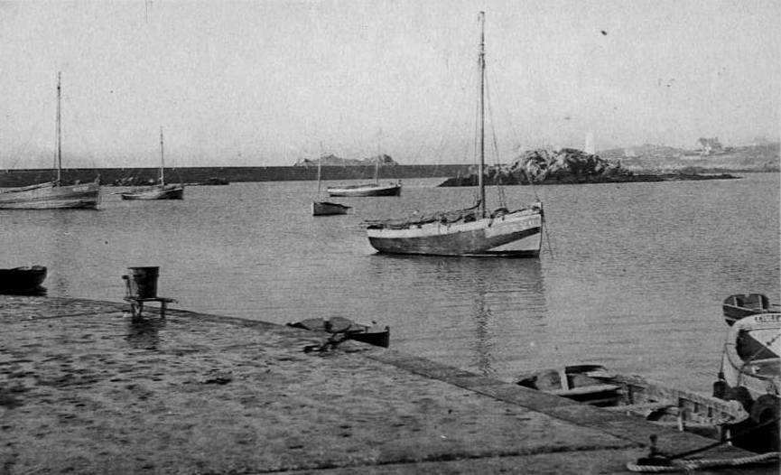 Vers 1950, l'abri du canot de sauvetage n'est pas encore construit sur l'îlot Kefenn ,  le nouveau Coq de l'île Mx3226  7.76 tonneaux moteur Baudouin de 10cv, construit en 1944 à Roscoff pour François Le Goff (Coll. Pierre-Yves Decosse)