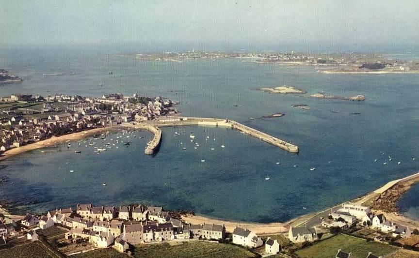 Le port dans les années 60, le fond du vieux port est une grève, le nouveau bassin profite d'un beau terreplein ou il y a un hangar qui deviendra plus tard criée puis le centre nautique, le bureau des douanes  est a la base du vieux quai