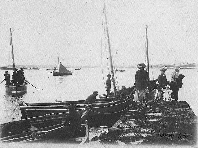 Belle photo de septembre 1910, la cale au nord de Garniguel,  base mer d'un coefficient de 75 deux canots et deux péniches sont à la cale, les sloups sont au mouillage, les trois femmes sont pieds nus pour traverser dans la grève
