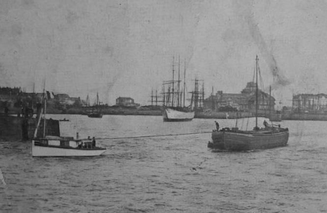 Essais de remorquage par le « Victor Fenoux » juste après son lancement à Saint-Malo , le « Victor Fenoux » remorque un chaland de Rance à lège