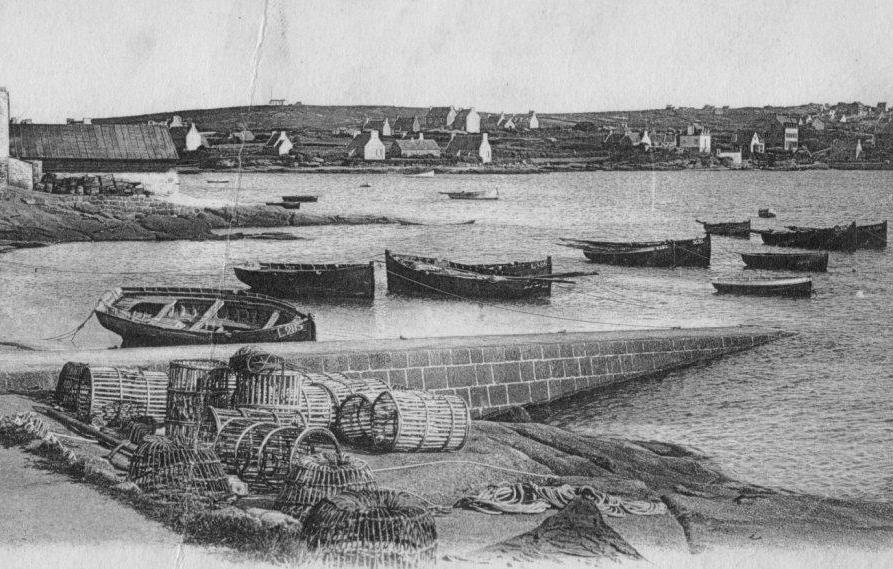Cale de Pen ar Chrec'h au port de Ploumanac'h avec les casiers à homard en osier en forme de cloche et les casiers à langouste cylindriques en lattes de châtaignier
