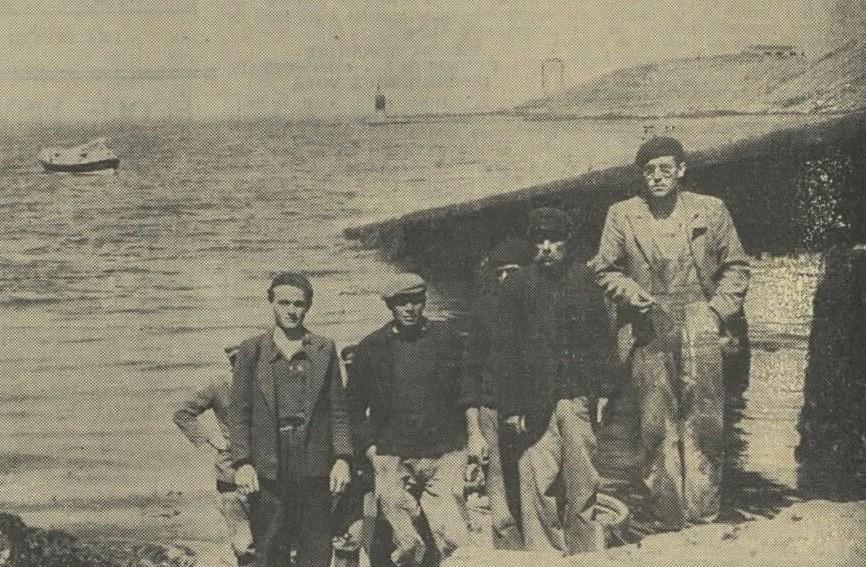 Le patron Aristide Lucas (2ème à droite) et le patron Victor Riou du Normandie (3ème) débarquent après les recherches (Photo la Dépêche de Brest)