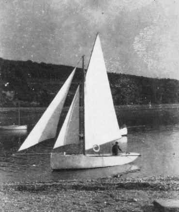 Louis Réguer à la barre devant son île