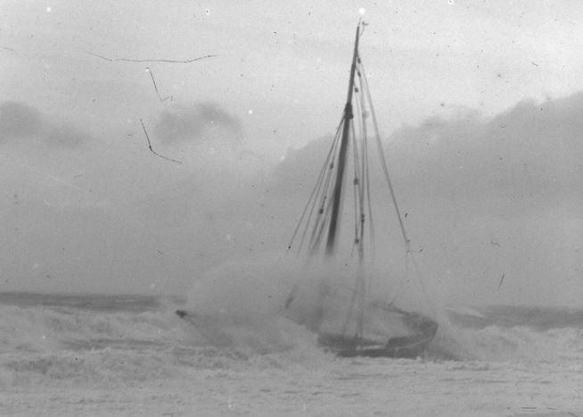 Cette photo du naufrage d'un sloup de cabotage sur les côtes normande nous laisse imaginer le triste sort du sloup Corrèze (Photo Lucien Rudaux, archives départementales de la Manche)