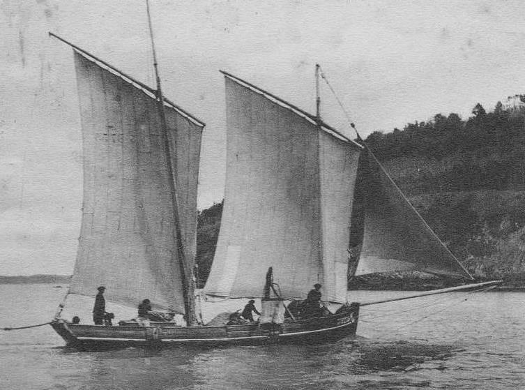 Lougre du légué vers 1910, bateau armé pour draguer le sable en baie de Saint-Brieuc, on distingue bien la drague, et son petit mâtereau ainsi que le tas de sable en avant du mât de taillevent
