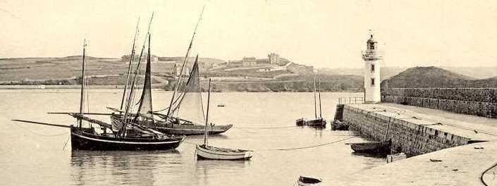 Deux lougres, de la baie de Saint-Brieuc, armés au chalut, au mouillage à Erquy