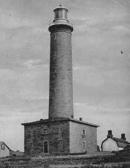 Le phare de l'île avec sont ancienne lanterne, et sur la droite une maison de gardien